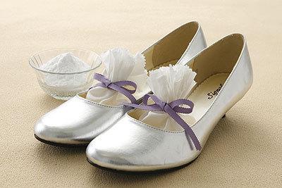 スニーカーは気軽に洗えますけど、ブーツなど洗えない靴もありますよね。そんな時の靴内部の臭い対策にも重曹が効果を発揮します。用意して頂くものは、
